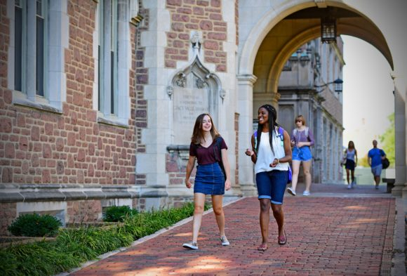 09.21.2016--Students in the Brookings Quad. James Byard/WUSTL Photos